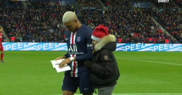 Un niño vestido de Papá Noel paró el partido del PSG y la reacción de Mbappé es todo - Bitbol